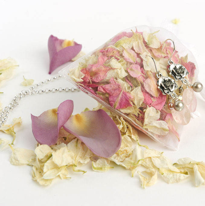 make your bridesmaids feel amazing by giving them jewellery presented with their own confetti